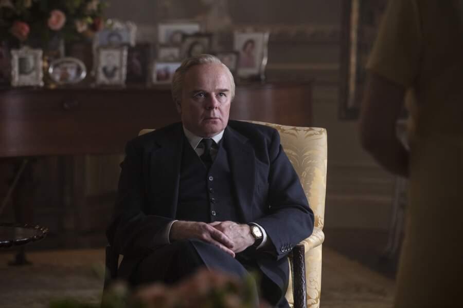 Côté Downing street, c'est Jason Watkins qui incarne le rôle du premier Ministre Harold Wilson dans la saison 3