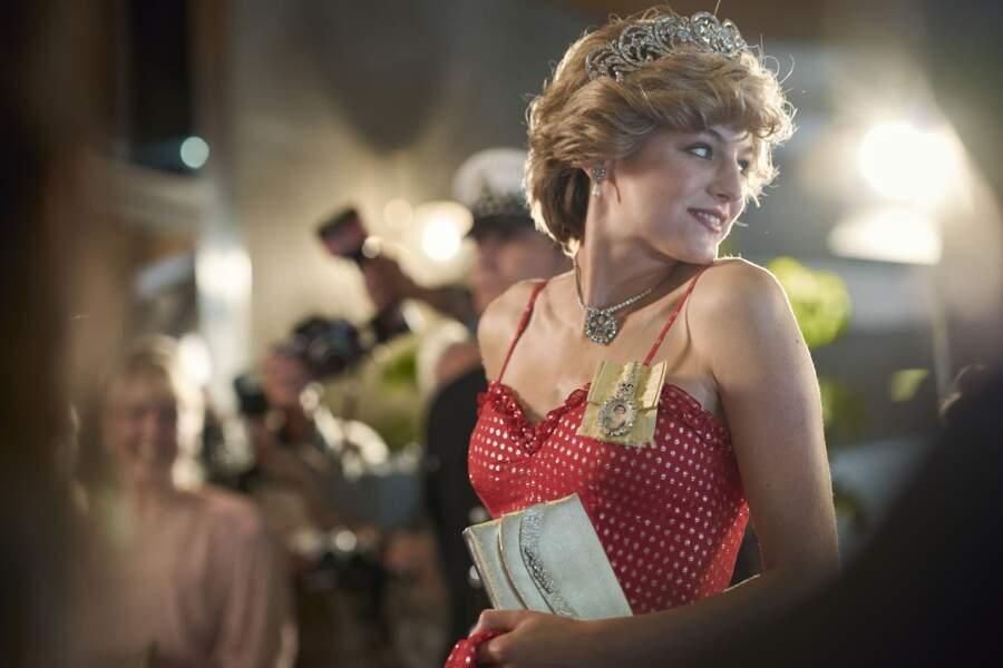 Emma Corrin s'est offert le luxe d'ajouter à cette robe brillante un magnifique diadème.