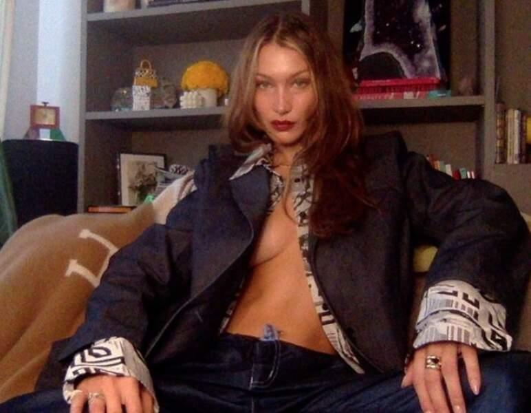 Pour sa visio avec Vogue, Bella Hadid avait oublié de boutonner sa chemise.