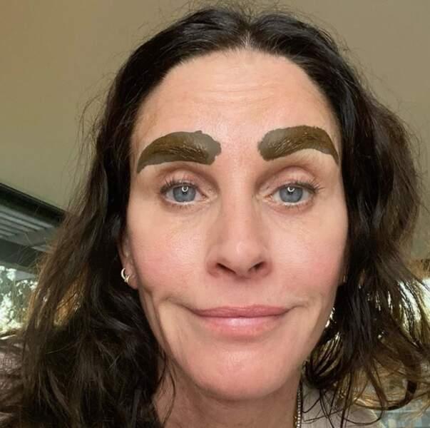 Tout aussi effrayant : la teinture de sourcils de Courteney Cox, avant nettoyage.