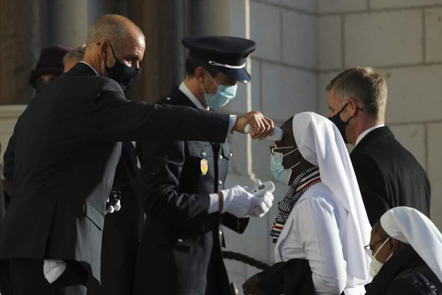Tout le monde est testé à l'entrée de la cathédrale