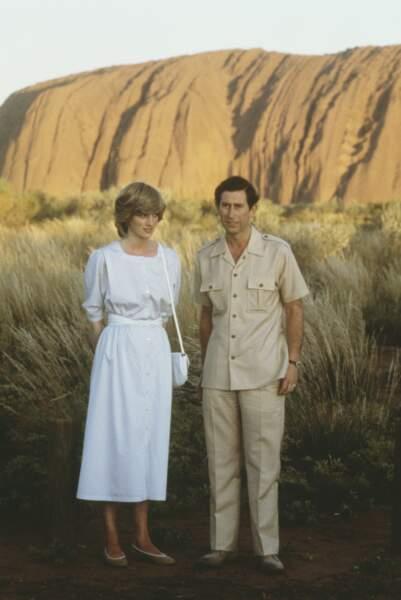 Le prince Charles et Diana photographiés ensemble devant Uluru Ayers Rock près d'Alice Springs lors de leur visite royale en Australie le 21 mars 1983. Charles porte un costume saharien et Diana une robe blanche immaculée qui contraste avec les dunes de sable.
