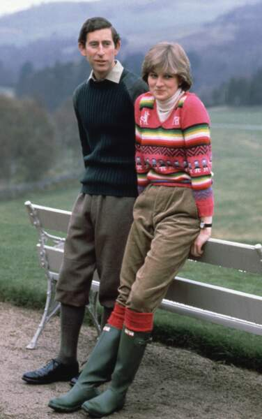 Le 6 mai 1981, le prince Charles et sa fiancée Lady Diana Spencer sont photographiés sur le domaine de Craigowen Lodge à Balmoral, en Écosse. Diana porte un pull rose en crochet qui a marqué les esprits.
