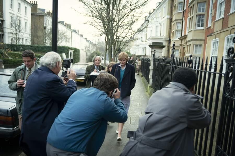 Il faut avoir l'œil bien ouvert, dans cette scène ou Emma Corrin est traquée par les journalistes, elle porte une jupe similaire.