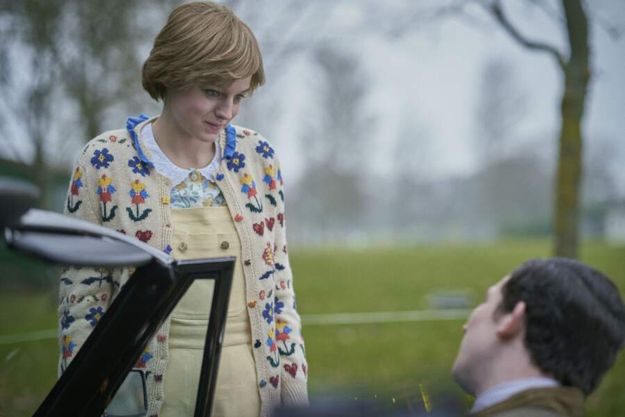 Dans la même salopette jaune clair, la Diana de The Crown sait trouver les mots pour toucher le prince Charles qui vient de perdre un membre proche de sa famille.