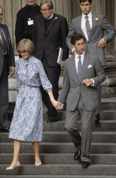 Londres, le 27 juillet, le prince Charles avec Lady Diana Spencer se tiennent la main alors qu'ils quittent Saint-Paul après la répétition de mariage.