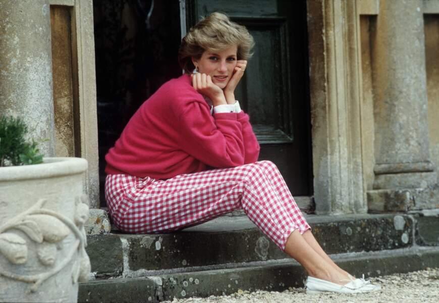 Charmante toute vêtue de rose, Diana est assise sur les marches de sa maison à Highgrove, dans le Gloucestershire.