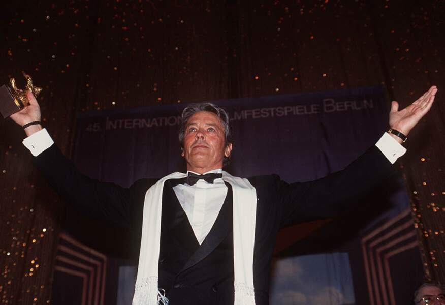 1995 : Alain Delon reçoit l'Ours d'or d'honneur au festival de Berlin