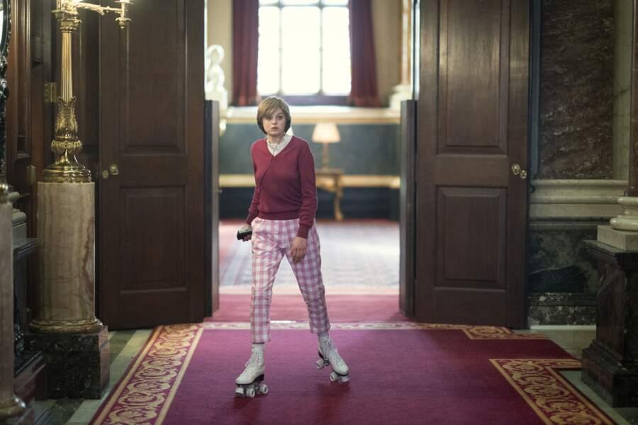 Un pull uni et un pantalon à carreaux vichy roses que l'on retrouve lorsque Diana traverse les couloirs de Buckingham en Rollers. Ce qu'avait réellement fait la princesse Diana.