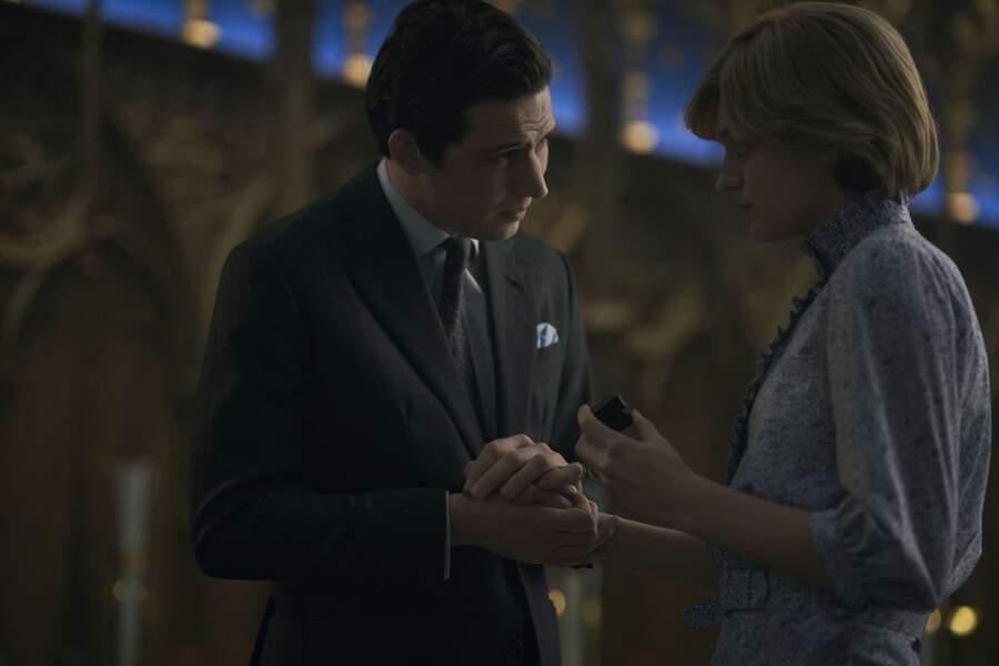 Emma Corrin est vêtue de la même robe dans la même séquence de répétition de la cérémonie de mariage entre Charles et Diana.