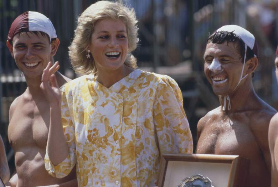 Diana, hilare entre deux des sauveteurs.