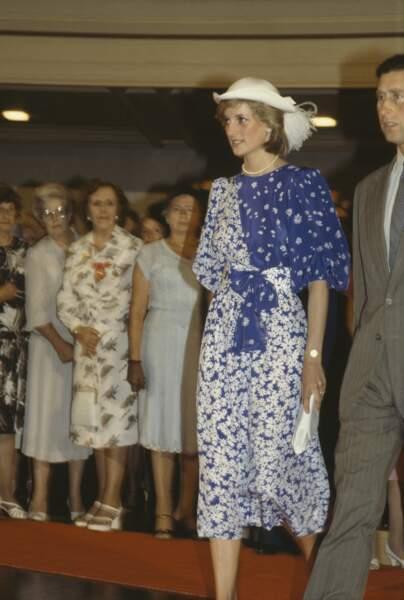 Le prince Charles et Diana visitent la mairie de Brisbane en Australie, le 11 avril 1983. Diana porte une robe Donald Campbell et un chapeau de John Boyd.