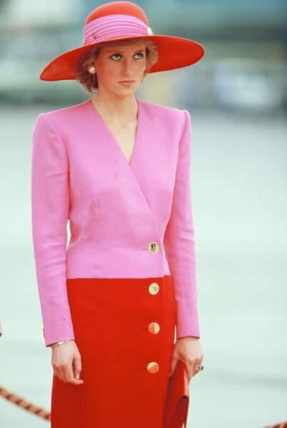 La princesse Diana n'a pas attendu la tendance du color block. Elle porte un costume Rouge et rose Catherine Walker et un chapeau Philip Somerville lors de sa tournée officielle dans les États du Golfe le 15 mars 1989 à Koweït, aux Émirats arabes unis.