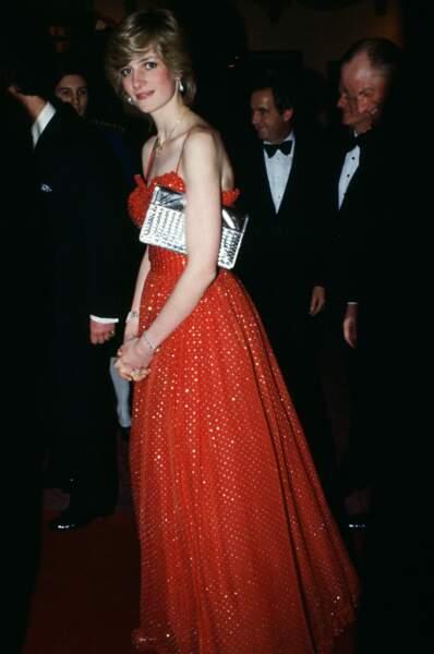 A Londres, le 08 décembre, la princesse Diana, qui rêvait de devenir ballerine, arrive au Royal Opera House de Covent Garden pour regarder un ballet dans une superbe robe rouge pailletée.