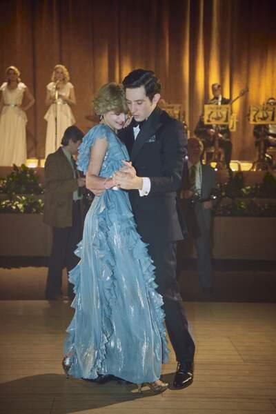 Josh O'Connor et Emma Corrin font aussi un pas de danse, paré des mêmes tenues que leurs modèles. C'est à s'y tromper !