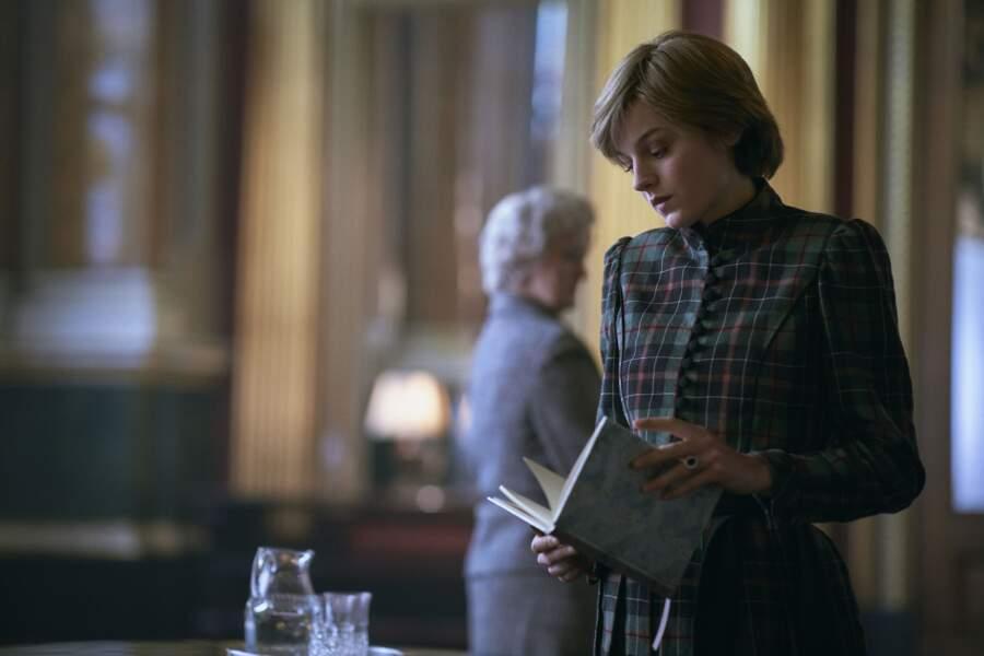 Changement de teinte mais même motif à carreaux pour Emma Corrin dans The Crown.