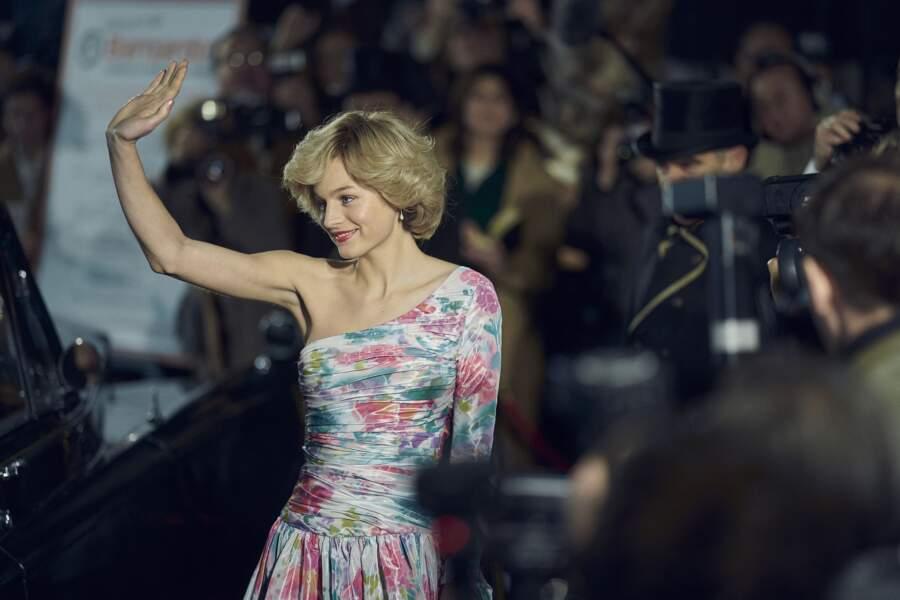 Emma Corrin revêt une robe dans l'esprit fleuri de celle de Diana mais en changeant la coupe.