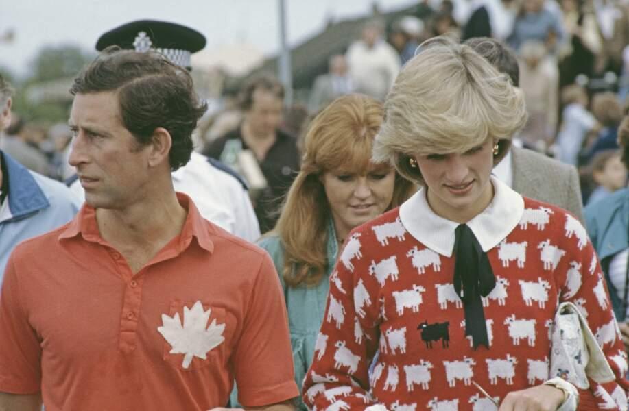 """Diana assiste a un match de polo du prince Charles au au Smith's Lawn, Guards Polo Club, Windsor, en juin 1983. Diana porte un pull """"mouton noir"""" Muir and Osborne. On a souvent interprété cela comme une façon d'exprimer qu'elle se sentait comme le vilain petit canard de la famille royale."""