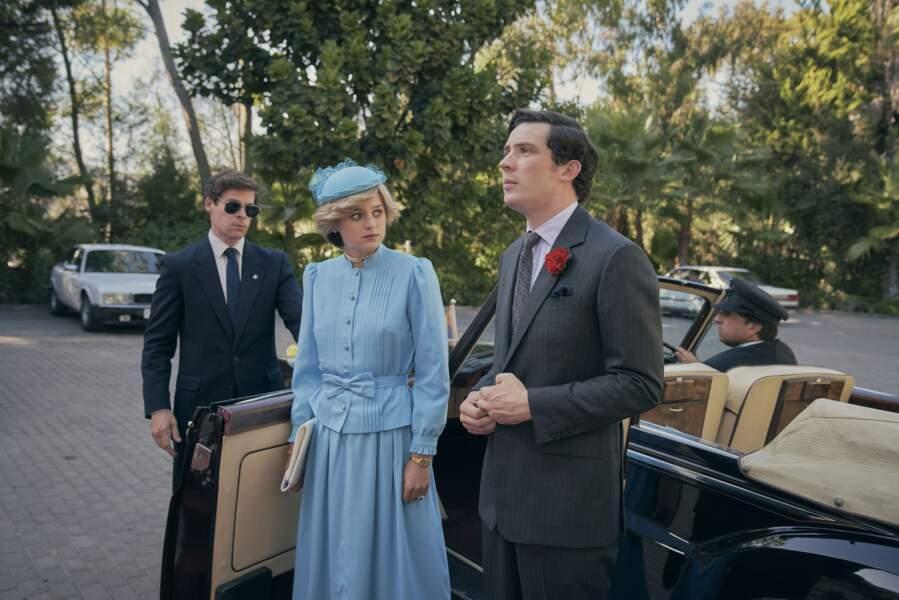De chapeau, au petit nœud et la couleur de la robe, jusqu'à la rose rouge à la boutonnière de Charles, Emma Corrin et Josh O'Connor ressemblent à s'y méprendre au couple princier.