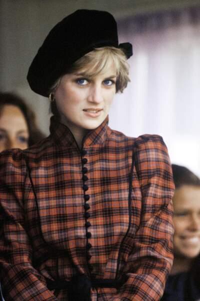 Invitée aux Braemar Highland Games en septembre 1982 en Scotland, Diana a misé sur le tissu à carreaux.
