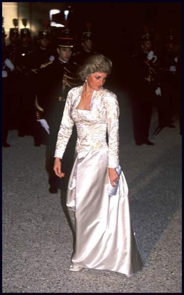 La princesse de Galles a choisi une robe en soie crème de Victor Edelstein pour dîner à l'Elysée, à Paris, lors d'une visite officielle en France en novembre 1988.