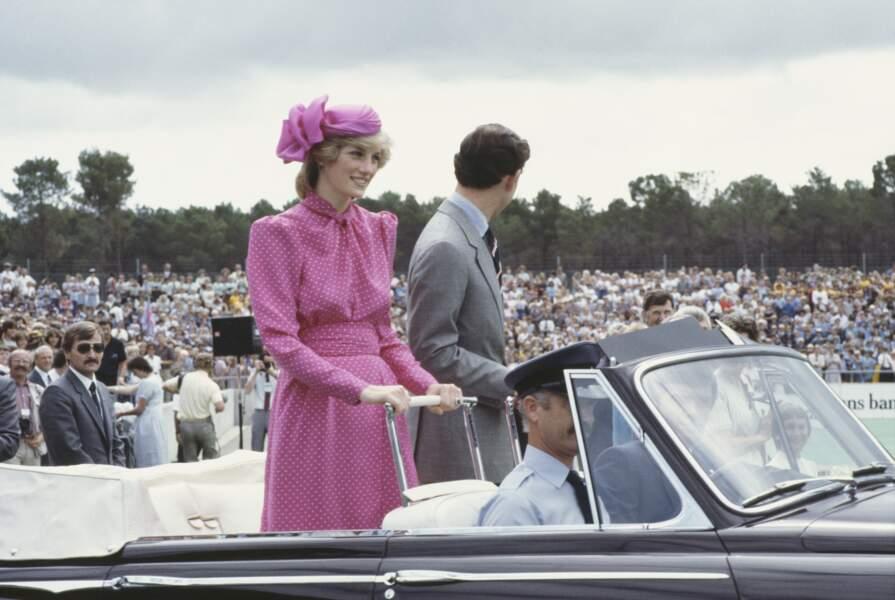 Charles et Diana sont en visite au stade de hockey de Perth à Bentley Australie occidentale, le 7 avril 1983. Diana porte un costume rose de Donald Campbell.