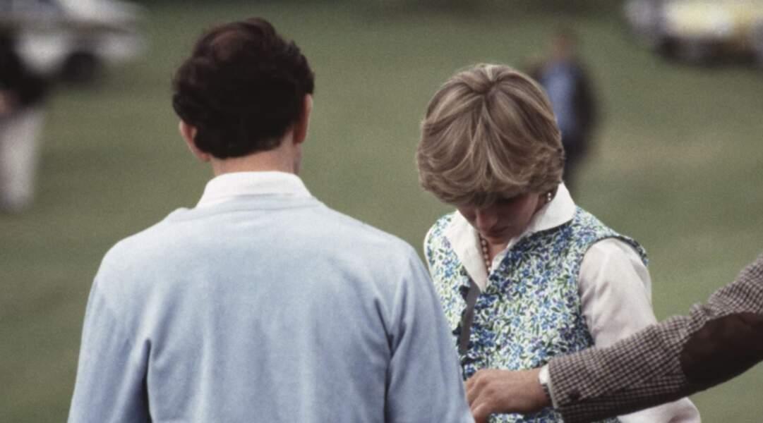 Lors d'un match de polo, Diana venue encourager son fiancé Charles, craque et fonds en larmes. Elle portait une jupe assortie à un gilet en tissus liberty.
