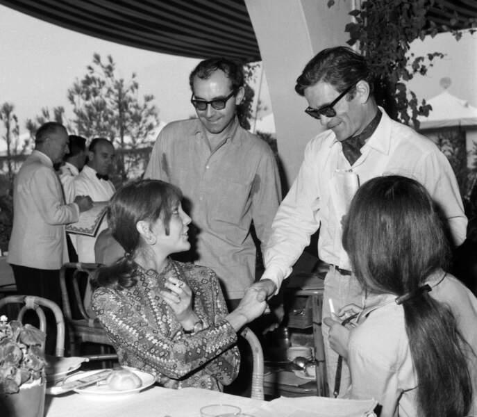 Venant de se marier, Jean-Luc Godard présente sa seconde femme, Anne Wiasemsky, au cinéaste italien Pier Paolo Pasolini (1967).