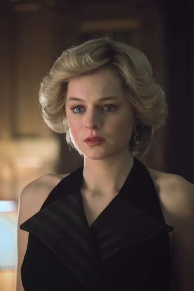 Le noir, c'est la couleur que choisit Diana dans The Crown pour fêter Noël avec toute la famille royale en fin de saison alors que son mariage bat de l'aile. Tout un symbole…