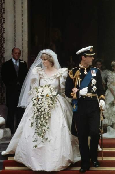 Le 29 juillet 1981, Diana épouse Charles à la cathédrale Saint-Paul de Londres. La jeune mariée de 19 ans, irradie dans une robe digne d'une princesse de conte de fée. Créée David et Elizabeth Emanuel, cette robe couleur ivoire, en taffetas de soie et dentelle, a une traîne de plus de sept mètres de long et un imposant voile de tulle.