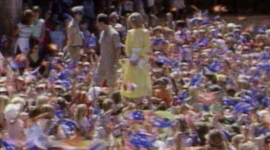 Bain de foule en Australie pour les tous jeunes époux qui sont dans leur premier voyage officiel avec une robe jaune soleil.