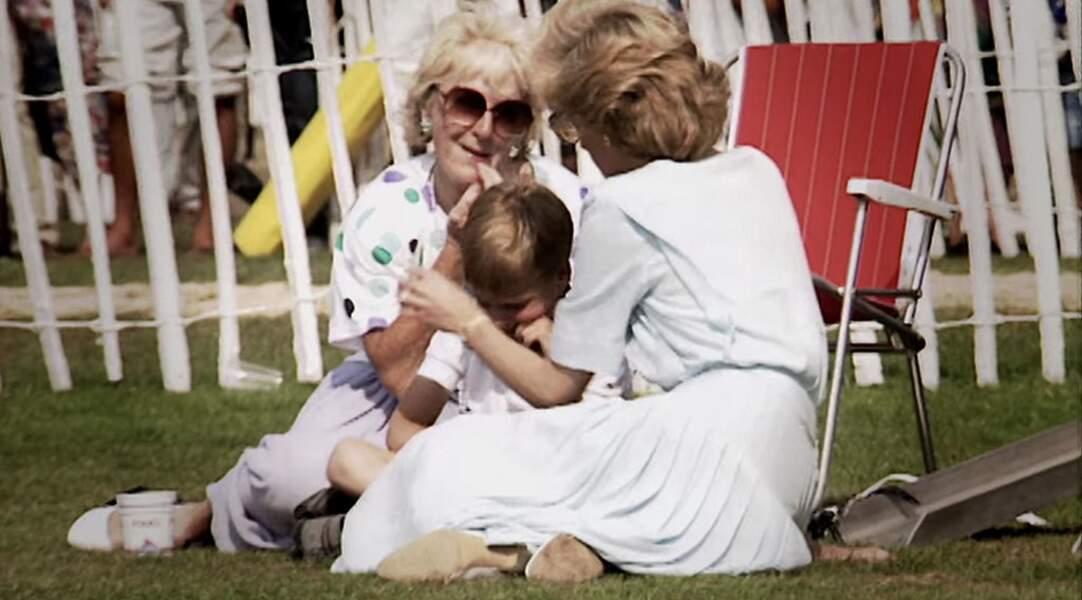 Diana fait un câline le petit William dans une robe bi-matière légère couleur ciel à volants.