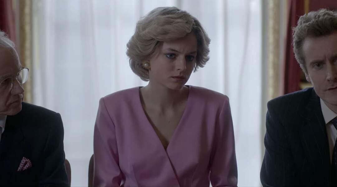 Le temps d'une courte scène, Emma prend Diana pour modèle. Voilà le haut…