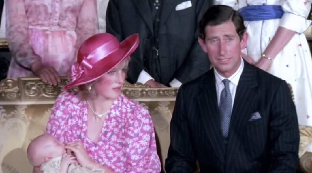 Diana et Charles le jour du baptême de leur premier fils William. Diana lui donnait le doigt pour calmer ses pleurs.