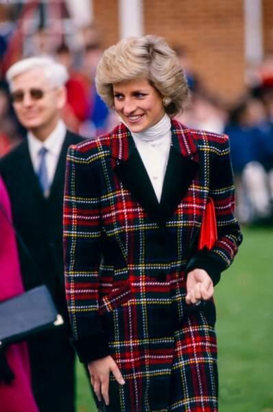 Ce tailleur en tartan écossais aux couleurs de Noël souligne la silhouette longiligne de Diana.