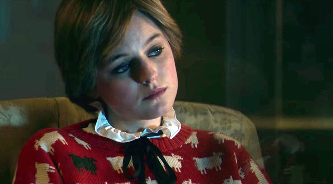 Emma Corrin porte une reproduction identique que Diana aimait beaucoup porter. Suite au succès de The Crown, la marque a ressortit ce modèle à la vente.