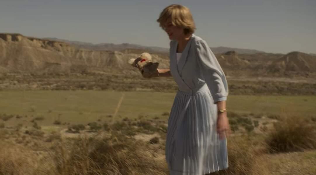 À quelques manches près, Emma Corrin porte une version inspirée de cette tenue.