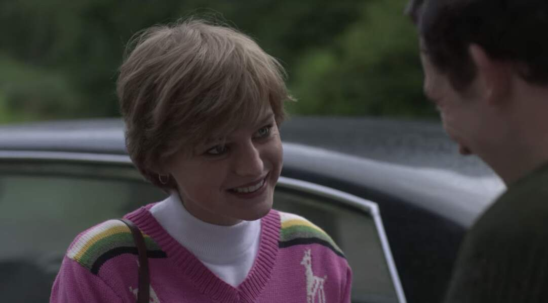 Dans la série, c'est lors d'un de ses premiers rendez-vous avec Charles qu'Emma Corrin arbore la version identique de ce pull que beaucoup auraient sans doute voulu emprunter.