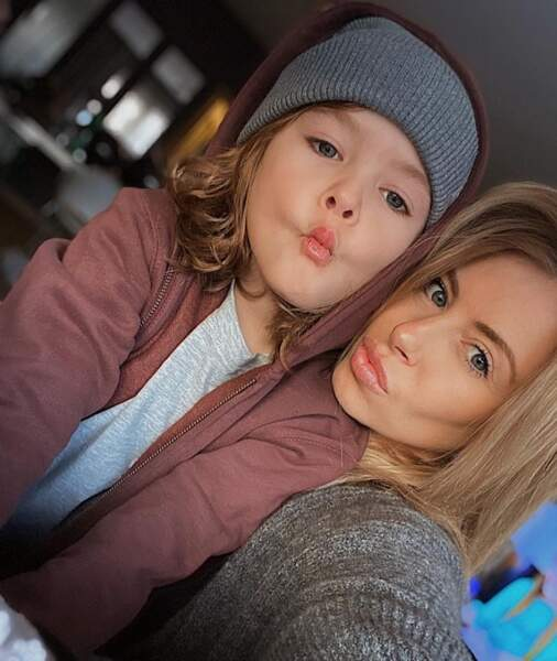 Selfie duckfaces pour Stéphanie Clerbois et son petit Lyam.