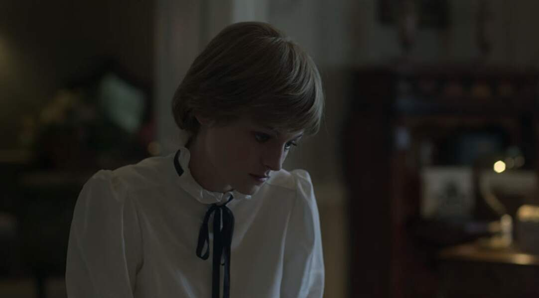 Emma porte un chemisier à l'image de Diana, lui-aussi orné d'un petit nœud noir alors qu'elle est isolée au palais de Buckingham en l'absence de son fiancé.
