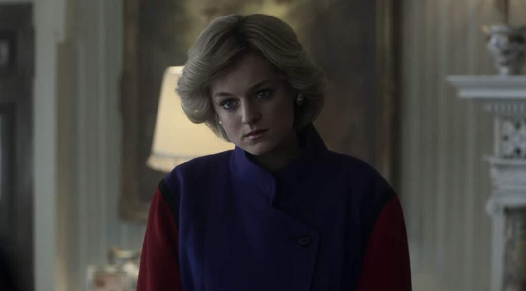 The Crown lui rend hommage avec un top violet avec une Diana qui a perdu l'insouciance des débuts.
