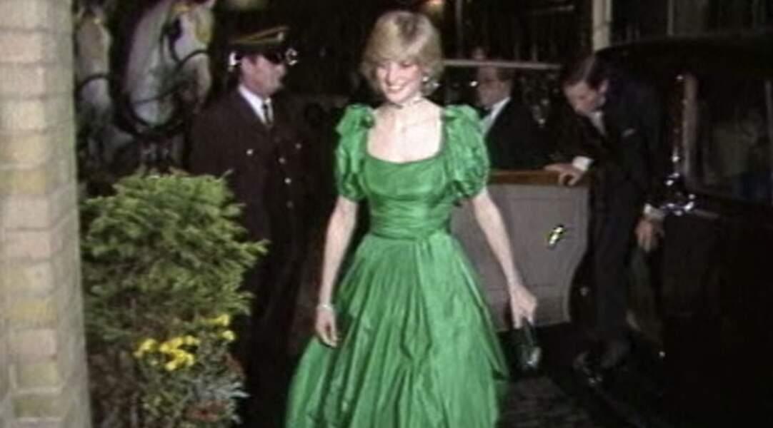 Diana sort une nouvelle robe verte pour l'une de ses premières sorties avec Charles.