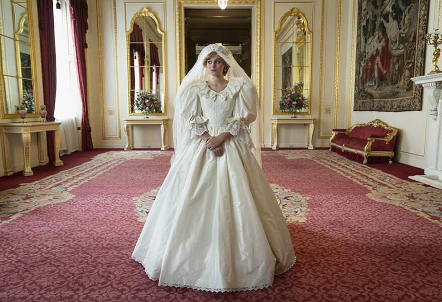 L'équipe de The Crown a disposé des patrons des créateurs originaux de la robe afin de la recréer le temps d'une séquence courte mais déjà culte de la saison 4.