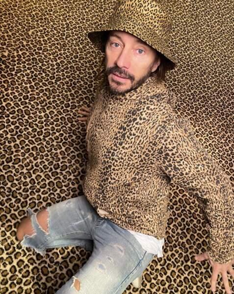 Point mode et beauté : Bob Sinclar aussi aime les animaux, la preuve avec cet imprimé léopard.