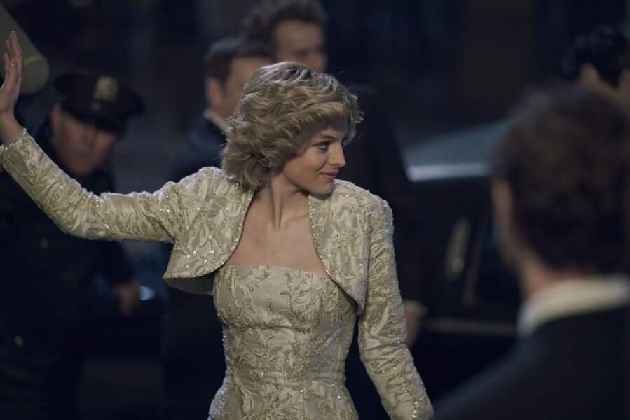 Si Emma Corrin n'a pas eu la chance d'être reçue par le Président de la république, elle s'est glissée dans cette magnifique robe brodée.