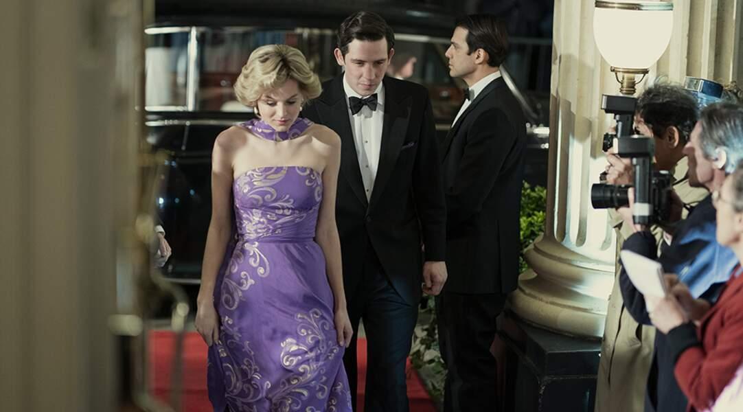 Les costumiers de The Crown jouent avec les couleurs et les matières pour garder l'essence de cette robe portée par Diana sous le soleil cannois.