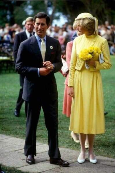 Toute vêtue de jaune, Diana avec Charles en avril 1983 en voyage à Waitangi.