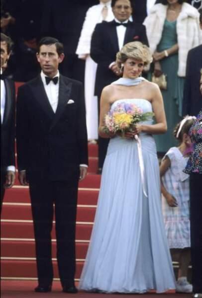 À Cannes, c'est dans une robe de star de cinéma que la princesse monte les marches en 1987.