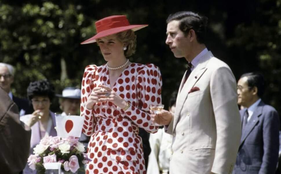 Diana habillée de la robe à pois idéale pour un voyage officiel au Japon en 1986.