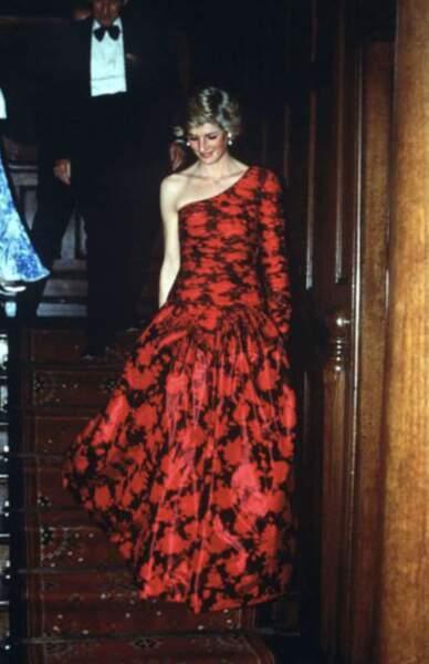 """Ligne qu'elle a empruntée sur une la robe rouge portée par Diana au Middlle Temple pour recevoir le titre honoraire de """"Barrister""""."""